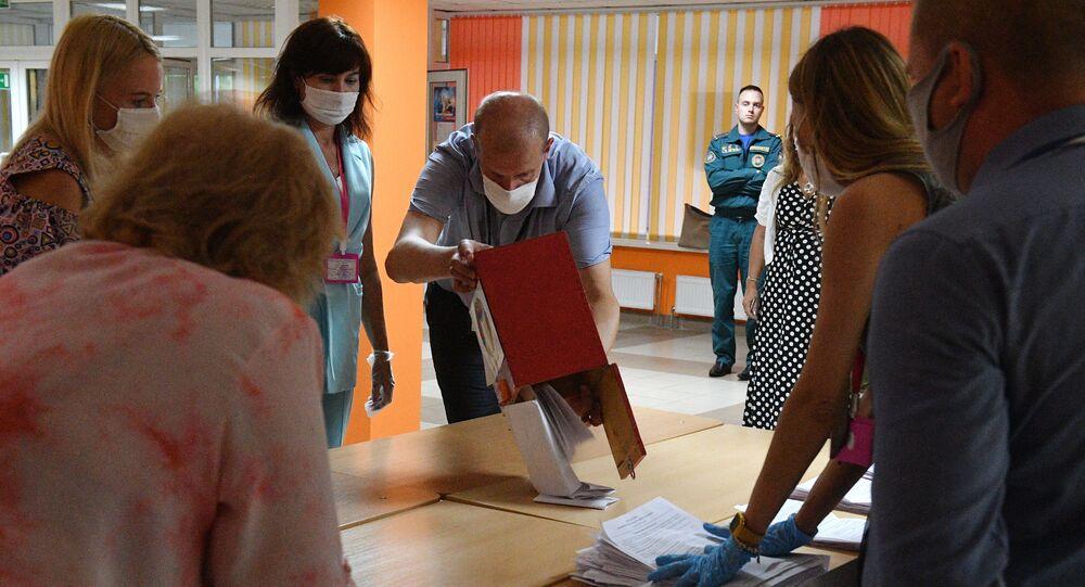 Le dépouillement des votes dans un bureau de vote à Minsk, le 9 août