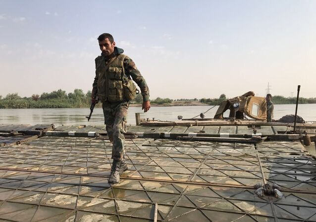 Des militaires syriens avant de franchir l'Euphrate dans le gouvernorat de Deir ez-Zor, archives