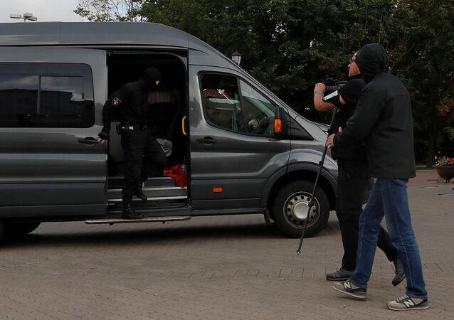 La police emmène des journalistes à Minsk, le 27 août 2020