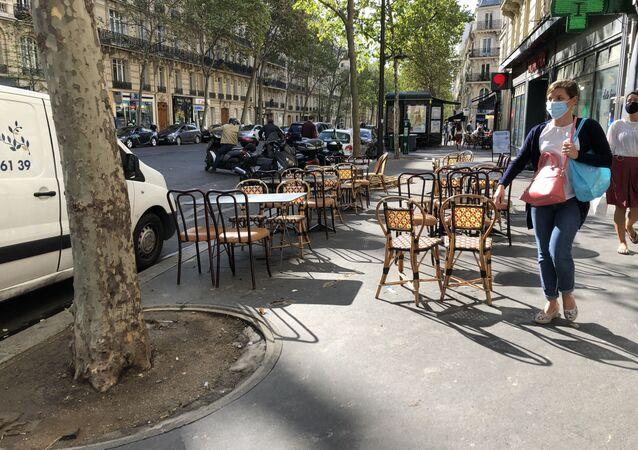 Une extension provisoire d'une terrasse d'un restaurant dans l'espace public, Paris
