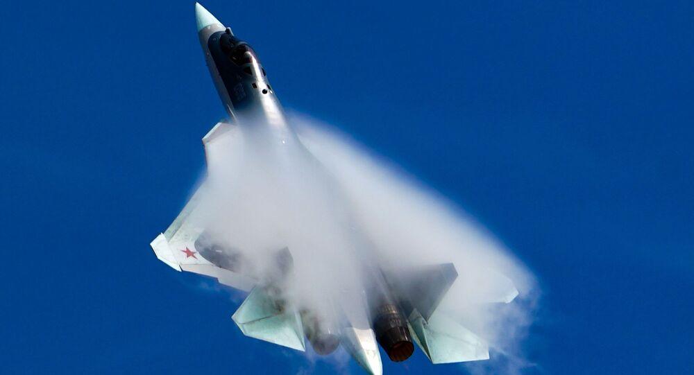 Un chasseur de 5e génération Su-57 lors d'un vol de démonstration (archive photo)