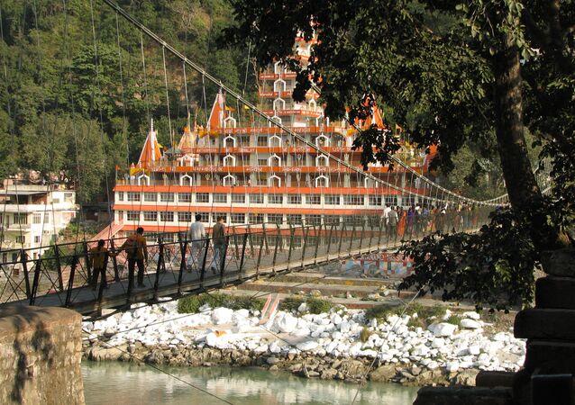 Le pont piéton Lakshman Jhula et le temple de Shri Trayanbakshwar à Rishikesh, en Inde (archive photo)