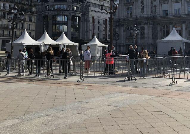 Les Parisiens attendent devant un laboratoire mobile de la Mairie de Paris, pour le test Covid-19