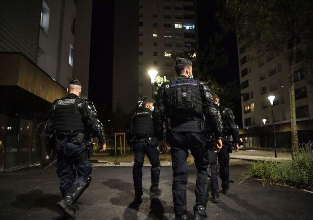 des policiers dans la cité Mistral à Grenoble