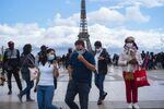 Des personnes portant un masque à Paris