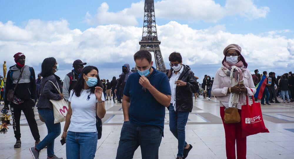 Des personnes portant un masque à Paris (archive photo)