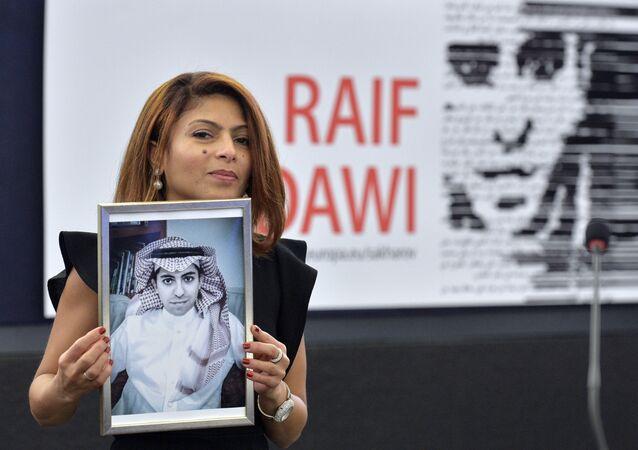 Ensaf Haidar tenant un portrait de son mari Raif Badawi au Parlement européen, décembre 2015