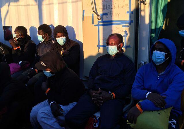 Des migrants sur un bateau