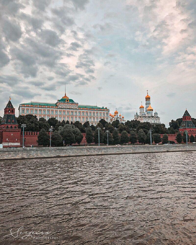 Vue sur le Kremlin de l'autre côté de la rivière Moskova