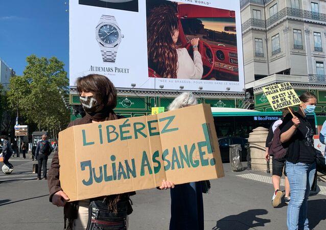 Une manifestation en soutien à Julian Assange se tient à Paris, le 7 septembre 2020