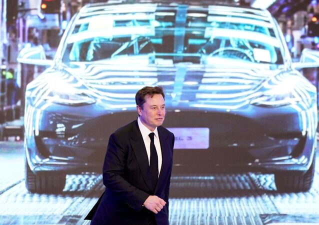Elon Musk devant une Tesla Model 3