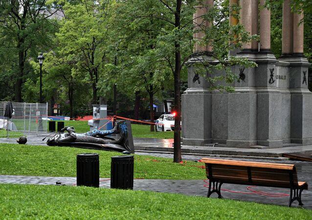 La statue du tout premier Premier ministre canadien John A. Macdonald à terre