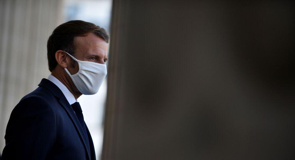 Emmanuel Macron en masque