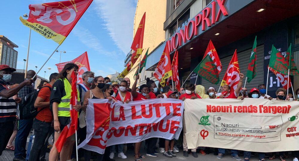 Des employés de Monoprix se sont réunis à Montparnasse pour réclamer des salaires convenables et la prime Covid