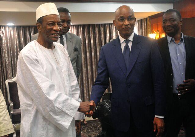 Les deux rivaux à la présidentielle guinéenne Alpha Condé (à gauche) et Cellou Dalein Diallo (à droite)
