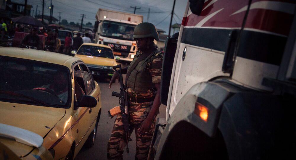 Un soldat des forcées camerounaises patrouille dans le Sud-Ouest anglophone du pays