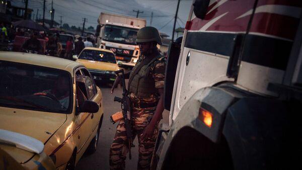 Un soldat des forcées camerounaises patrouille dans le Sud-Ouest anglophone du pays - Sputnik France