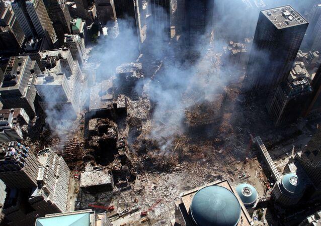Vue aérienne de l'effondrement du World Trade Center à New-York, septembre 2001