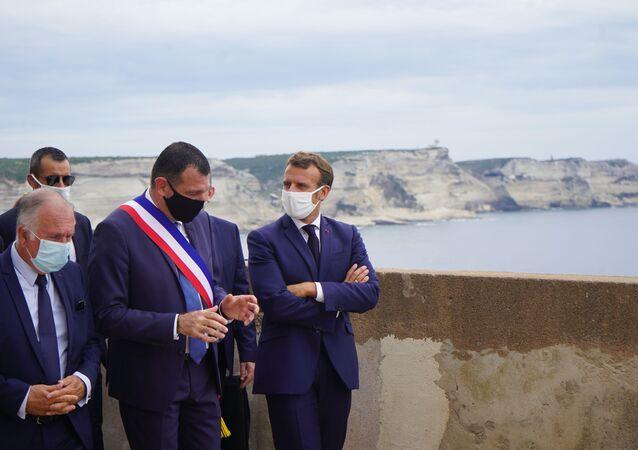 Emmanuel Macron en visite à Bonifacio, accueilli par Jean-Charles Orsucci, le maire de la ville