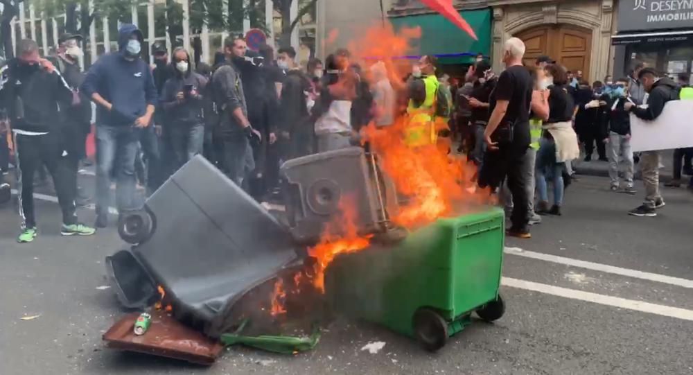 poubelle brûlée lors des premières tensions à Paris, le 12 septembre