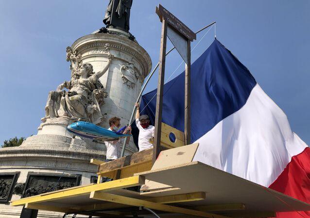 Association Les Chemises Blanches manifeste sur la place de la République