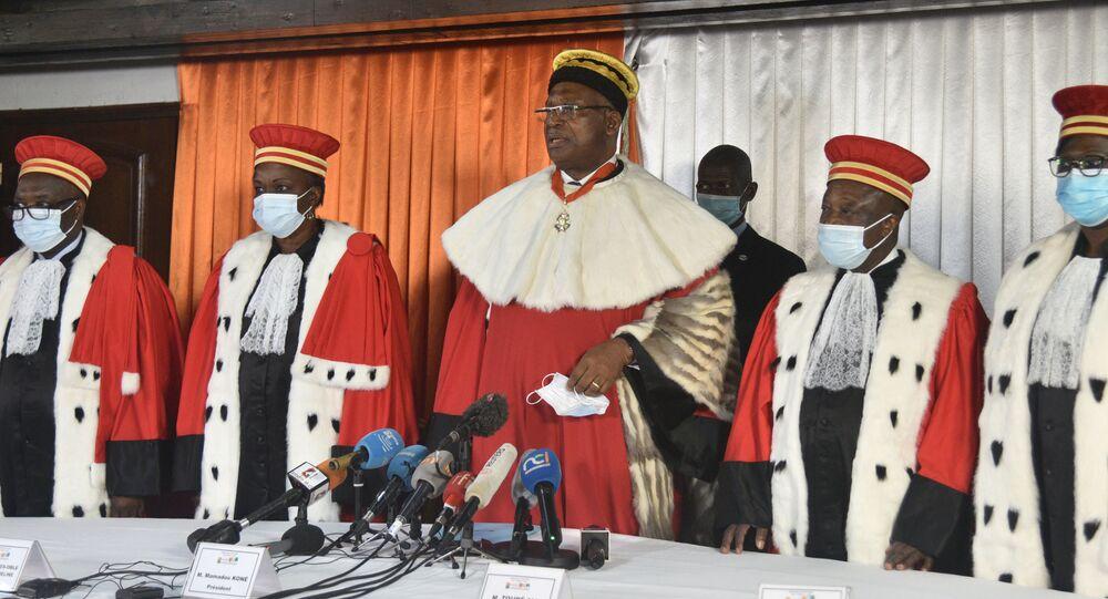 Le président de la Cour constitutionnelle ivoirienne, Koné Mamadou, entouré des membres du conseil