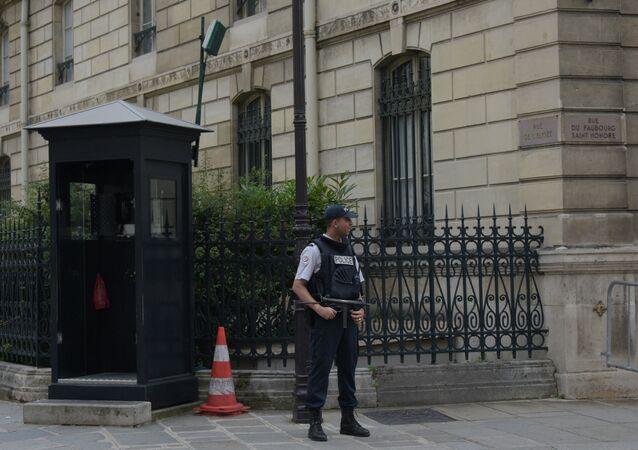 Un agent de police près du Palais de l'Élysée