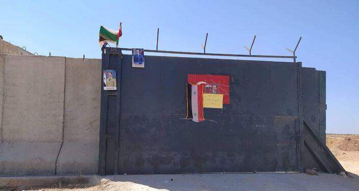 Un drapeau syrien et des portraits de Bachar al-Assad laissés sur un poste de surveillance turc à Idlib, 16 septembre 2020