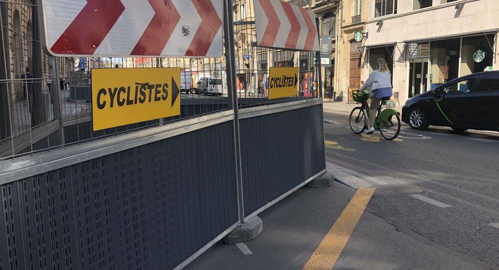Pistes cyclables à Paris. Vélos et voitures.