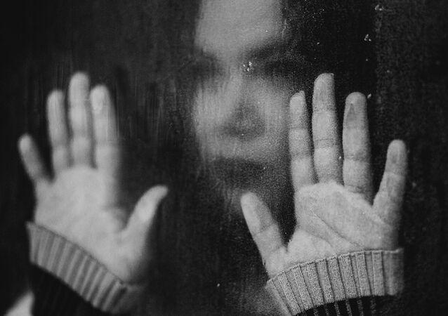 Une jeune fille triste, image d'illustration