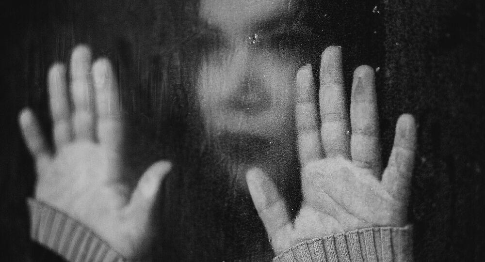 Une jeune fille triste (image d'illustration)