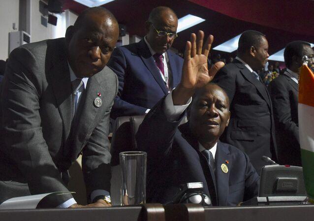 Alassane Ouattara (C) et Ally Coulibaly (G)