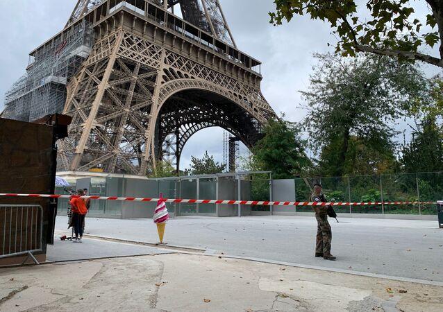 Des policiers près de la Tour Eiffel le 23 septembre