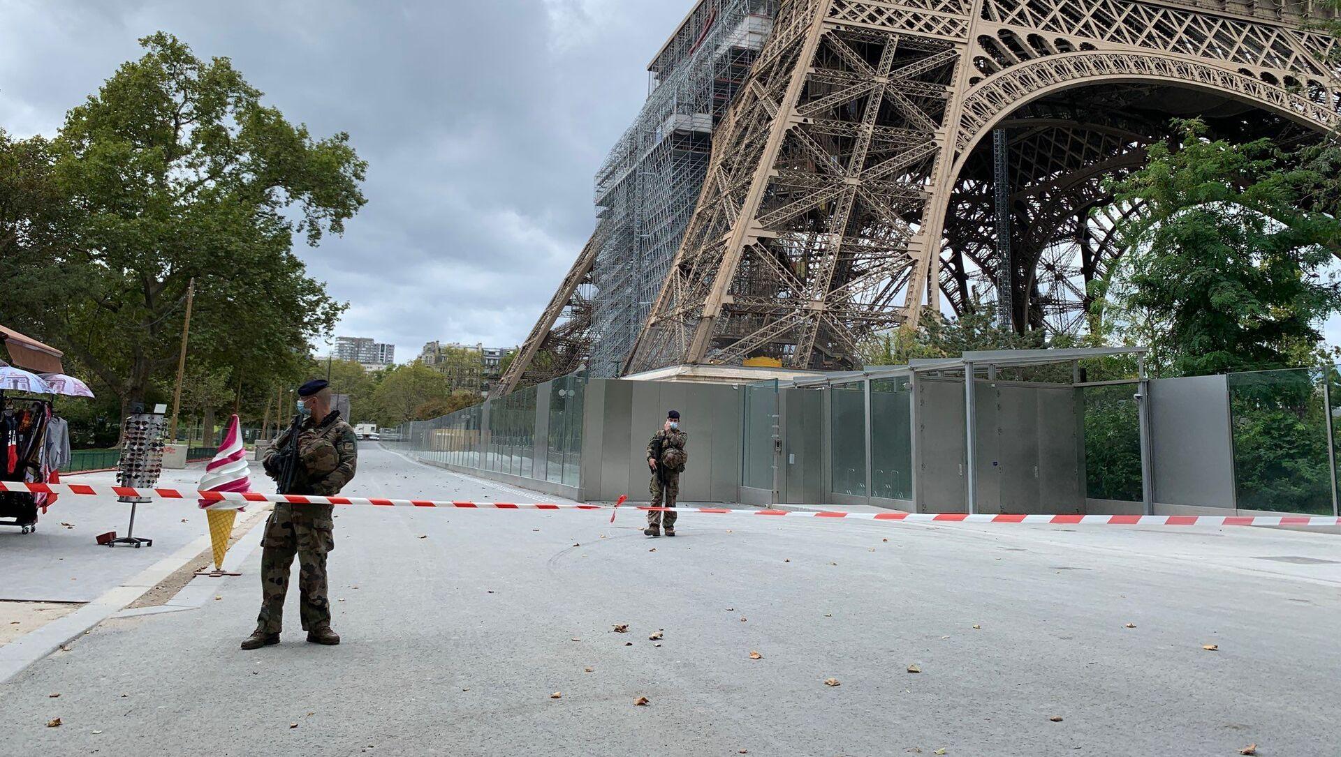 Des policiers près de la Tour Eiffel le 23 septembre 2020 - Sputnik France, 1920, 27.03.2021