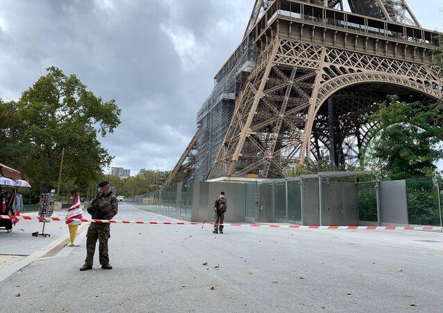 Des policiers près de la Tour Eiffel le 23 septembre 2020