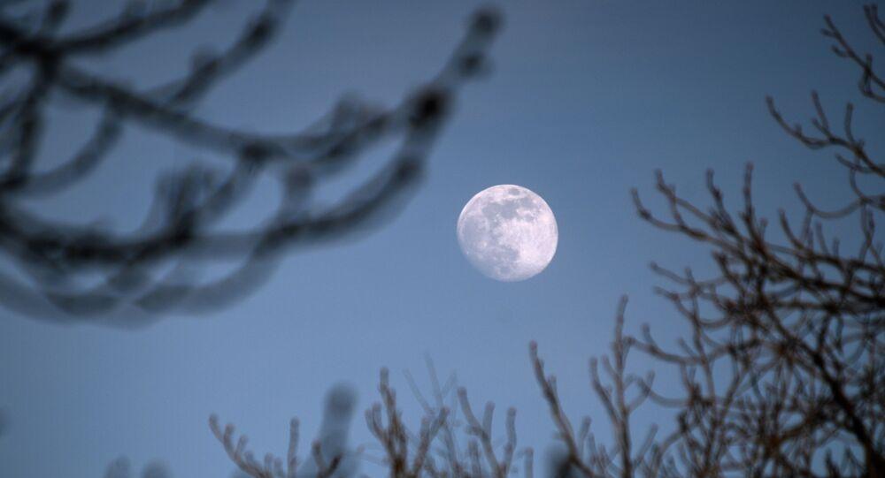 Lune au-dessus de Moscou