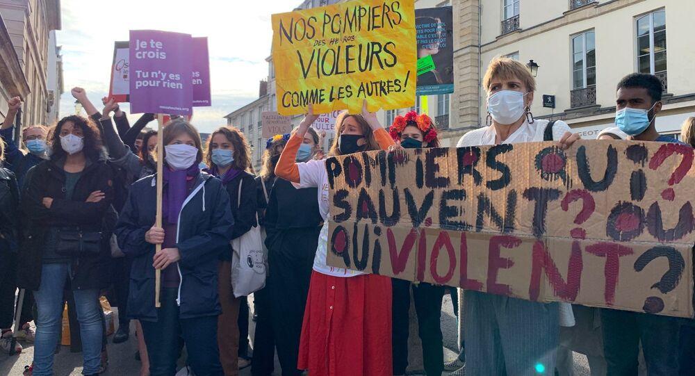 Manifestation de militantes féministes pour l'affaire Julie