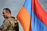 Un militaire arménien avec un drapeau de son pays (image d'illustration)
