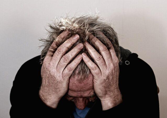 Un homme souffrant de maux de tête (image d'illustration)
