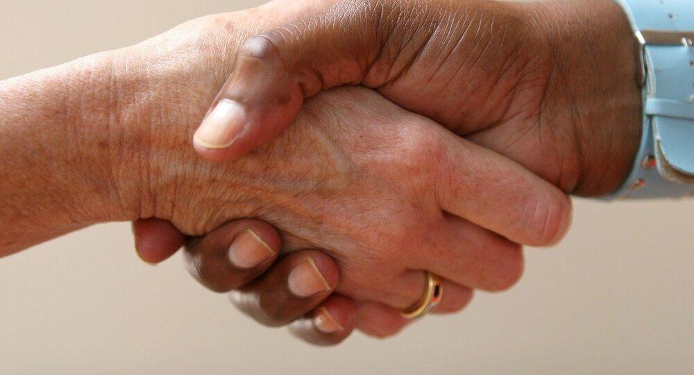 Poignée de main homme femme