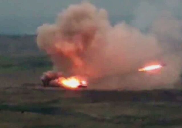 Un lance-roquettes multiple TOS-1A Solntsepek azerbaïdjanais au Haut-Karabakh