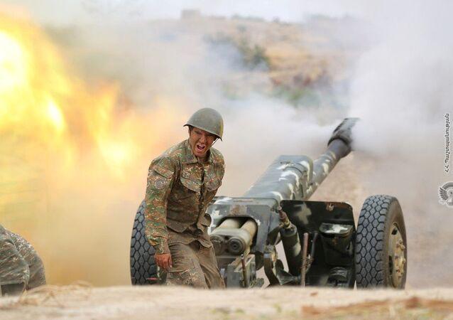Tirs d'artillerie d'un soldat arménien pendant l'affrontement avec les forces militaires de l'Azerbaïdjan / 29 septembre 2020