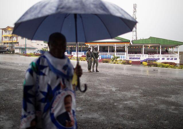 Un homme sous la pluie au Cameroun