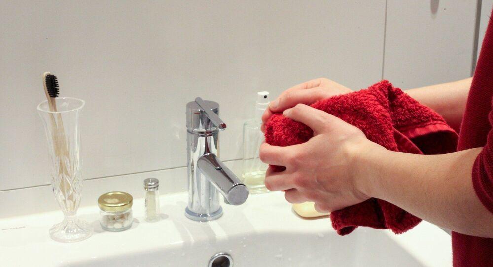 Une femme se lave les mains