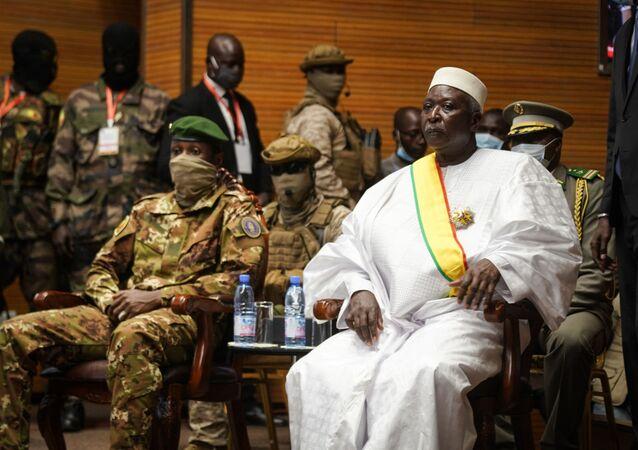 Le Président, Bah Ndaw (à droite), et le vice-Président, le colonel Assimi Goïta (à gauche), de la transition du Mali