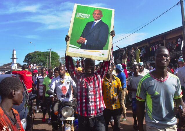 Militants guinéens brandissant une affiche de Cellou Dalein Diallo à Conakry, Guinée