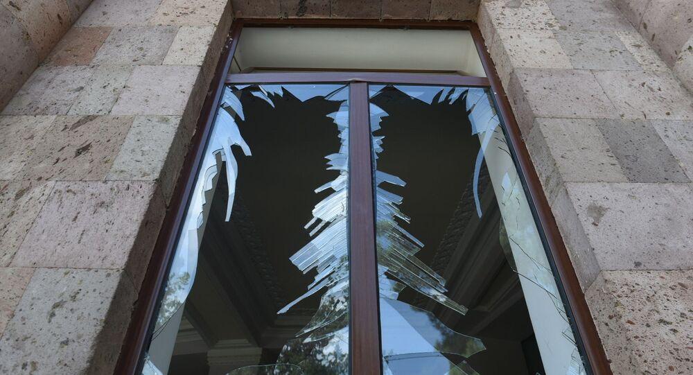 Une fenêtre brisée lors d'un bombardement de la ville de Martouni (Haut-Karabakh)