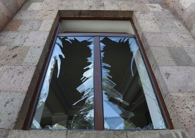 Une fenêtre brisée lors d'un bombardement dans le Haut-Karabakh