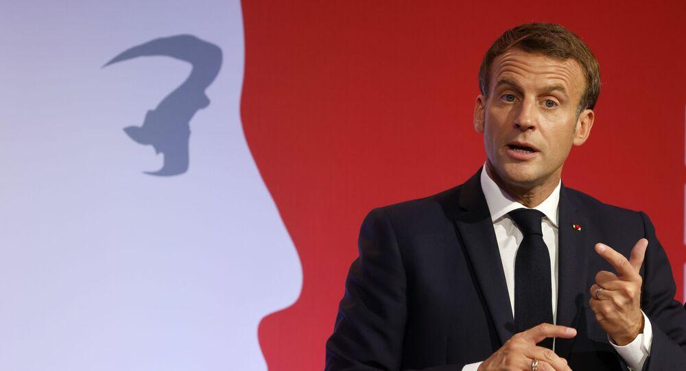 Emmanuel Macron présente sa stratégie de lutte contre le séparatisme le 2 octobre 2020 aux Mureaux, en dehors de Paris.