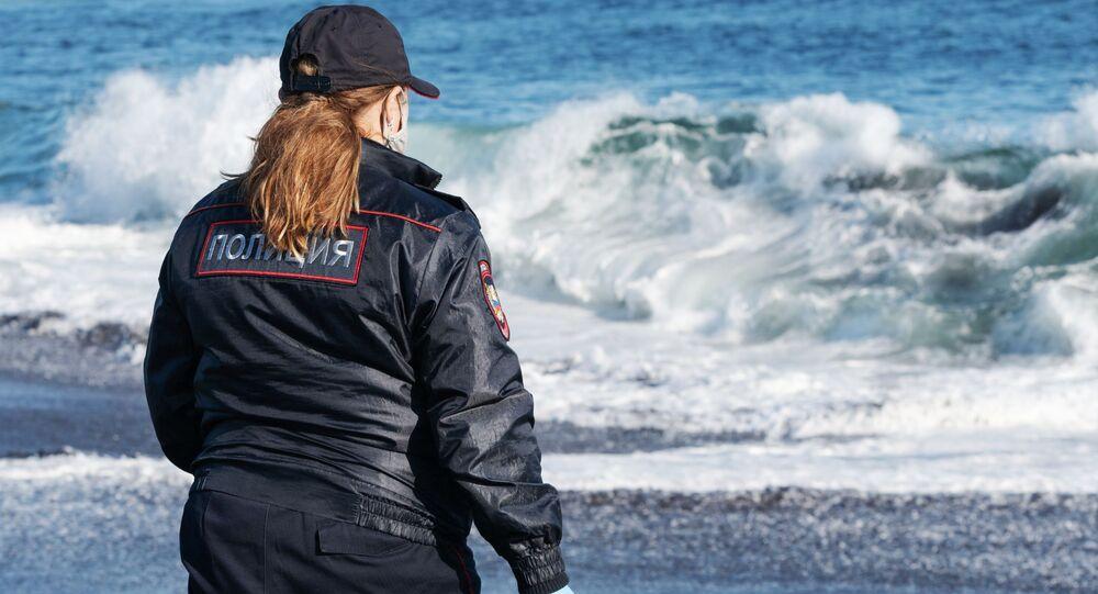 Agent de police sur la plage de Khalaktyrski au Kamtchatka, dans l'Extrême-Orient russe, le 3 octobre 2020